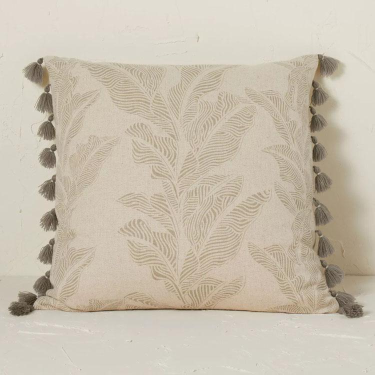 ¡Esta almohada de lino con textura botánica es tan linda y divertida y diferente para tu decoración de verano!  #ABlissfulNest