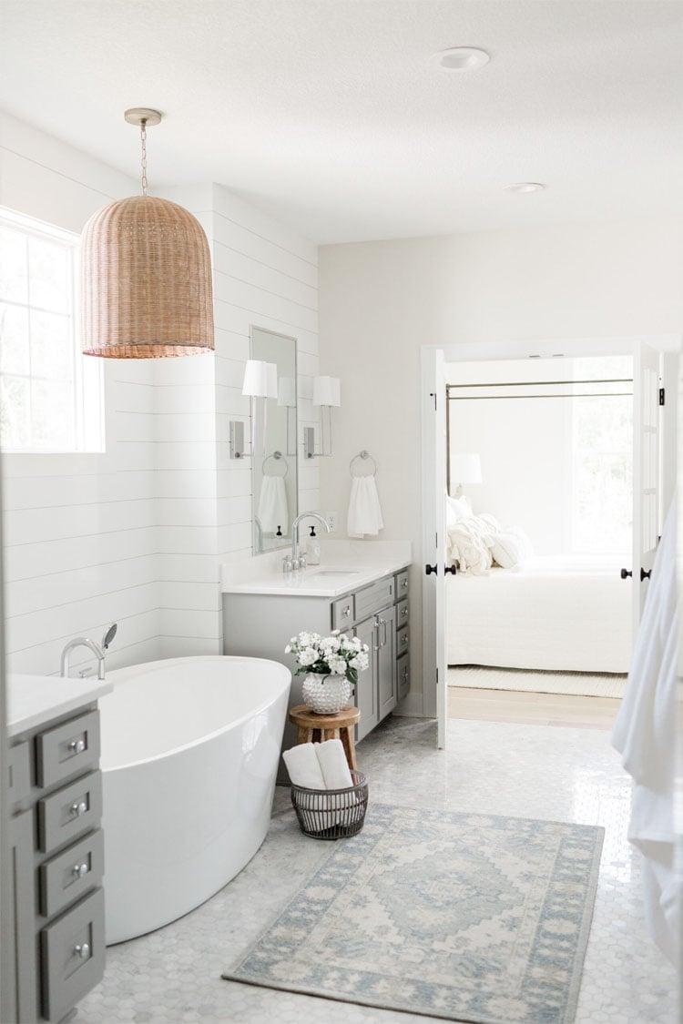 ¡Este hermoso baño diseñado por Oakstone Homes es tan abierto, aireado y luminoso!