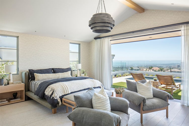 ¡Este dormitorio principal neutral y azul tiene una vista increíble!  #ABlissfulNest
